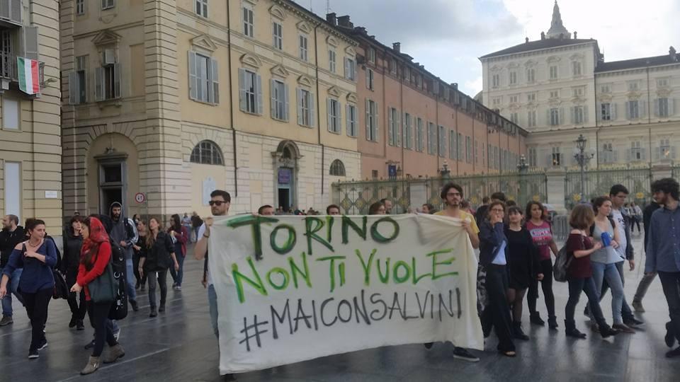 Torino: Salvini contestatissimo a Porta Palazzo