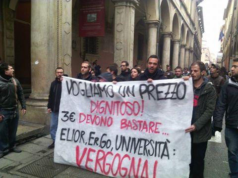 Ateneo di Bologna, cariche della polizia davanti alla mensa contro i collettivi