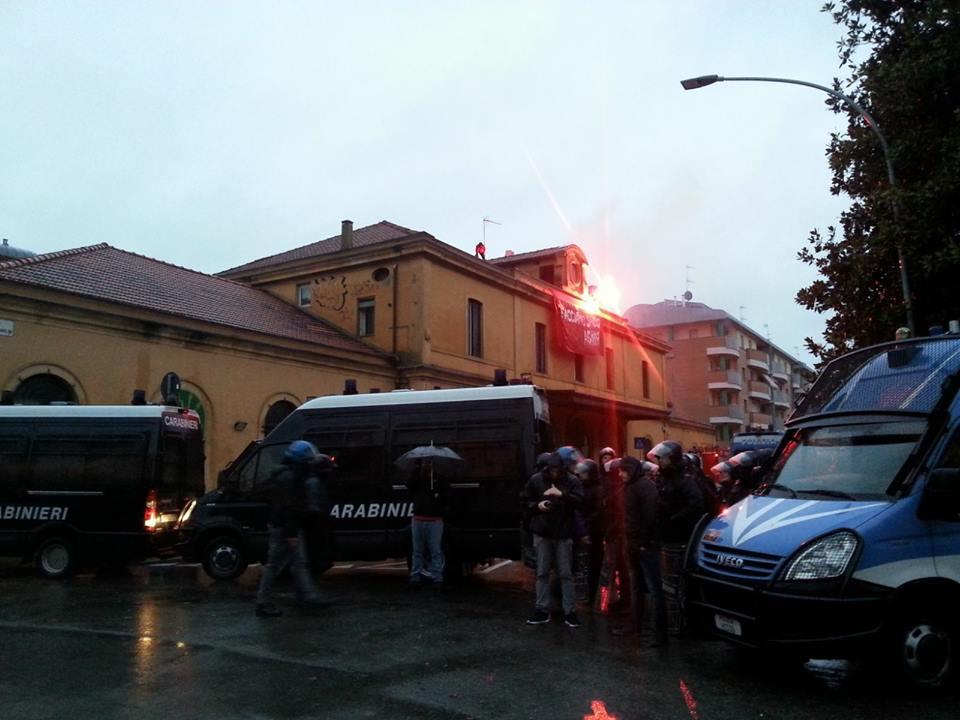 Bologna, Crash alla ex stazione Veneta. Blitz all'alba per lo sgombero