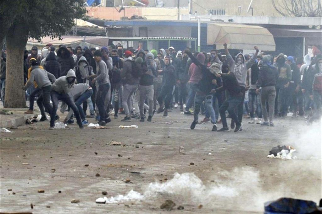 Tunisia: terza notte di disordini