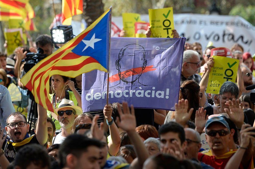 Barcellona, scontri tra indipendentisti e polizia catalana
