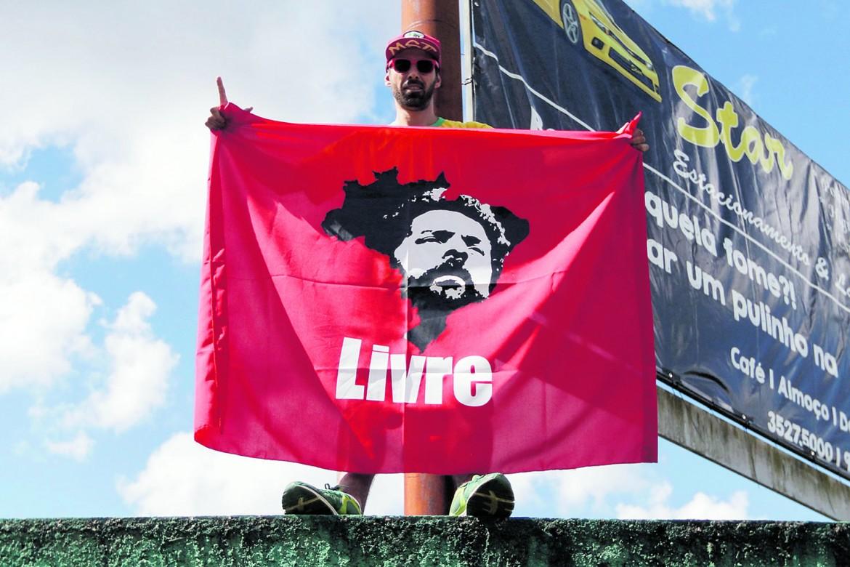 Brasile: avvocati, Lula deve essere liberato